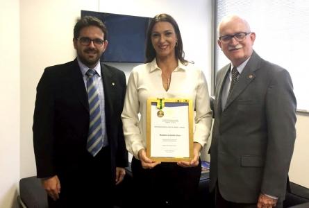 """Rita Passos recebe """"Medalha Gratidão Ouro"""" de comunidade escoteira"""