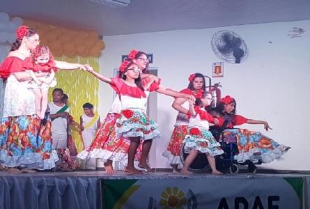 Rita Passos prestigia apresentação de dança da Apae Cabreúva